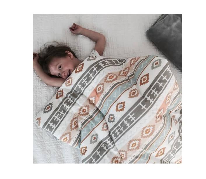 dziecko pod kołderką