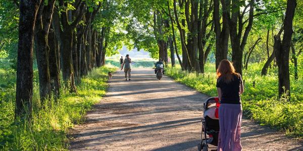 Wiosenny spacer z maluchem - niezbędne akcesoria do wózka